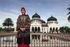 Banda-Aceh-mayor-in-front-of-Baiturrahman-Grand-Mosque,-Banda-Aceh,-Sumatra
