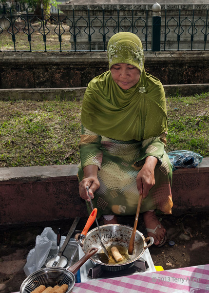 Woman-cooking-street-food,-Banda-Aceh,-Sumatra