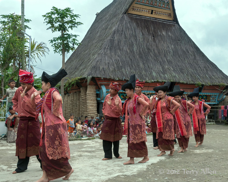 Young-Batak-dancers-in-front-of-traditional-Karo-longhouse,-Lingga-Brastagi,-North-Sumatra