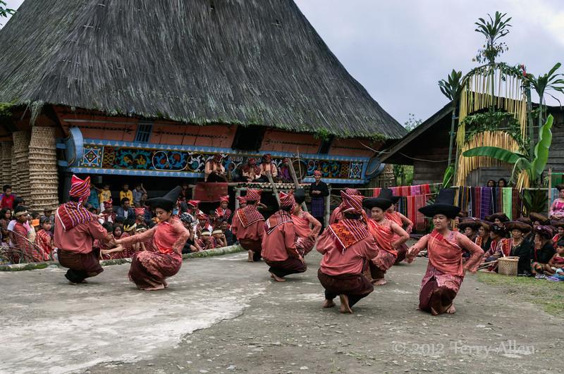 Batak-dancers-in-front-of-traditional-Karo-longhouse,-Lingga-Brastagi,-North-Sumatra