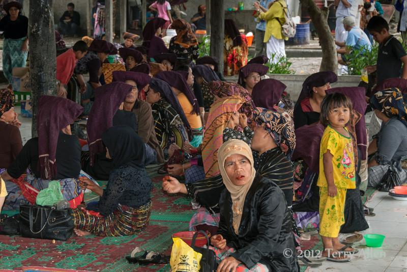 Batak-women-at-funeral-eating-betel-nut,-near-Lingga-Brastagi,-North-Sumatra