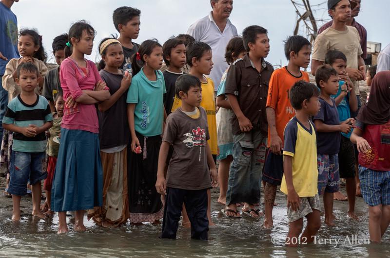 Curious-villagers,-Bireuen-region,-Aceh-Province