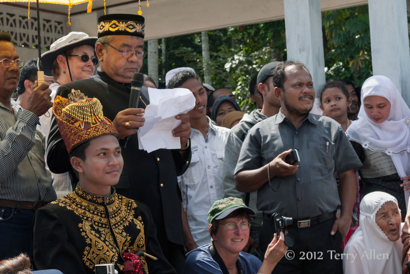 Response-on-behalf-of-the-groom,-Aceh-wedding,-Pirak-Timu,-Aceh-Province<br /> <br /> 5. Another local elder gave a speech about the groom