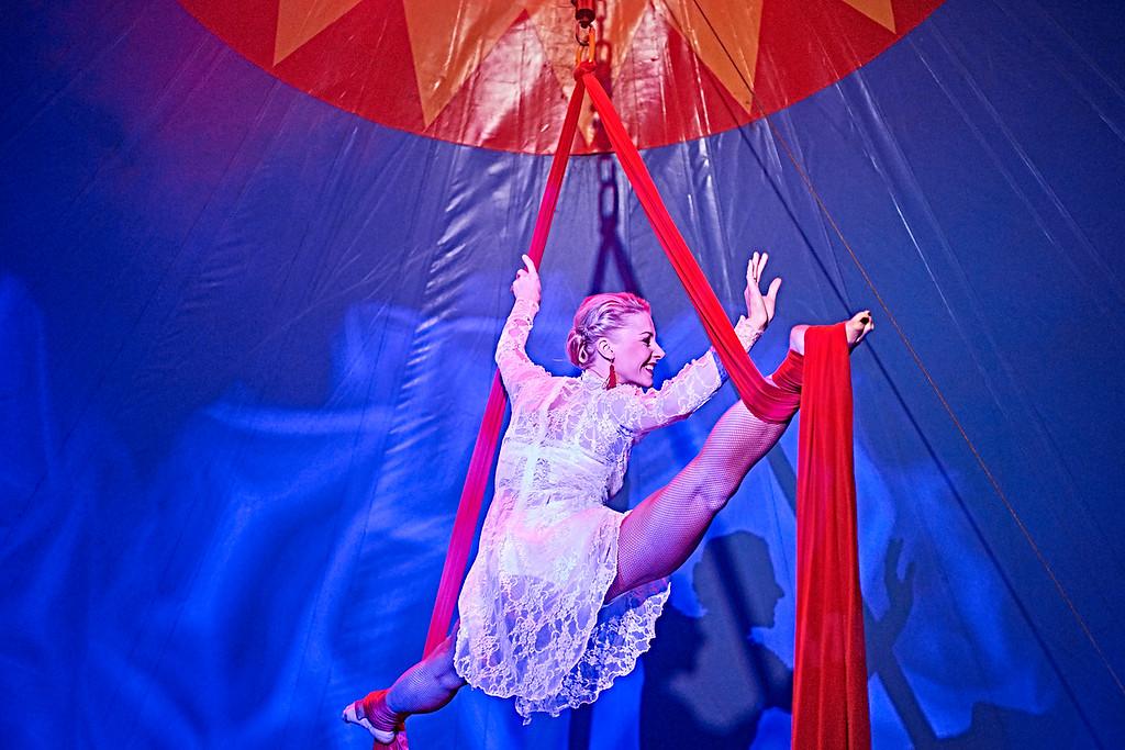 Miss Jelena fra Letland går i luften med stor ynde...
