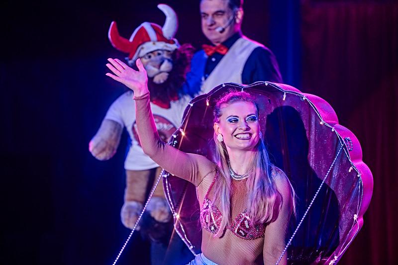 Baldonis tjekkiske cirkusprinsesse Maria Janecek, mor til rola-rola-Janecek, dukker op i en muslingeskal som Den lille Havfrue...