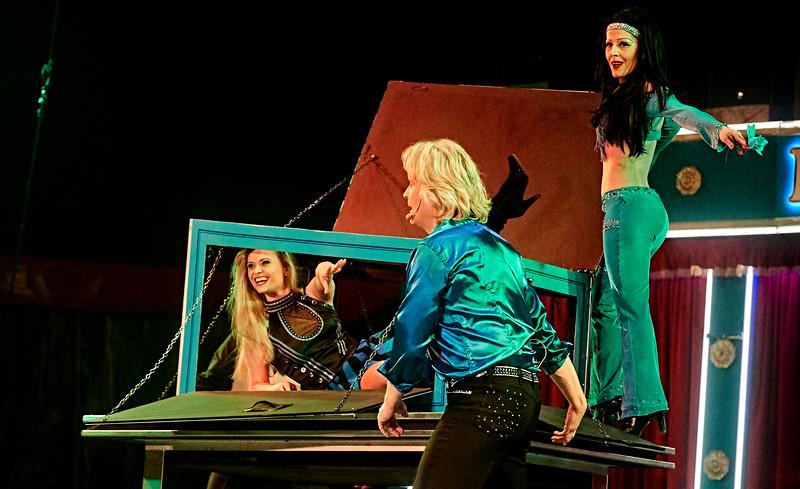 Kim Kenneth tilbage i Danmark efter tre år, her sammen med sin kæreste  og - i kassen - cirkusprinsessen Maria Janecek