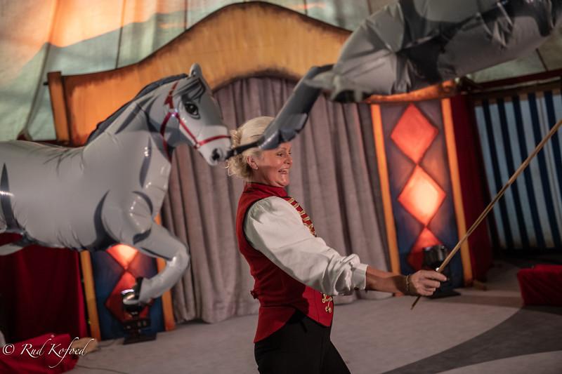 Tiina åbner forestillingen med de flyvende heste....