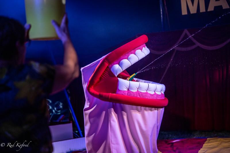 Den omkringfarende mund sprøjter igen, når 'tandlægen' skyller