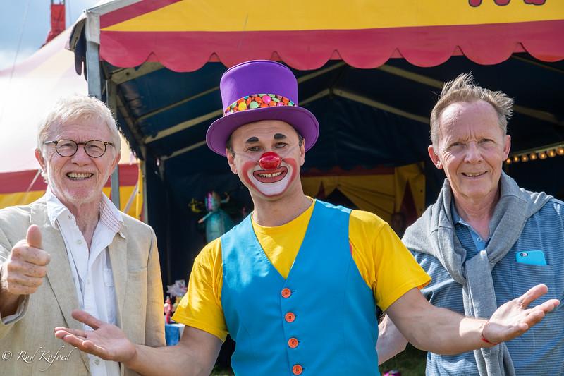Komiteen for Den danske Cirkuspris på 'arbejde' i Cirkus Mascot i Glumsø. Det er Cirkusprisens formand, Ole Simonsen yderst til højre, i midten klovnen Gulio og til venstre  jurymedlem Rud Kofoed  (Foto: Trine Kofoed)