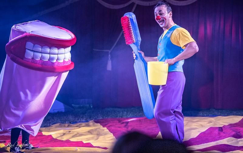 Efter pausens lækkerier er det tid at børste tænder...