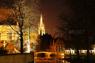 Night image of the Wijngaardplein. In the center of the image you can see the Church of Our Lady.