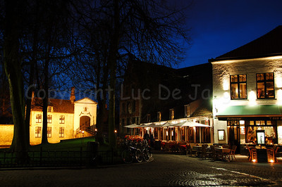 Evening shot of the Wijngaardplein with the entrance of the Beguinage (Begijnhof) in front of you.