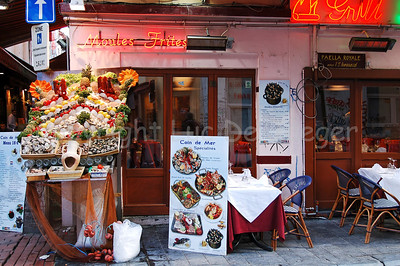 In and around the Rue des Bouchers (Beenhouwersstraat) in Brussels (Brussel), Belgium, many restaurants display delicious foods to attract passers-by.