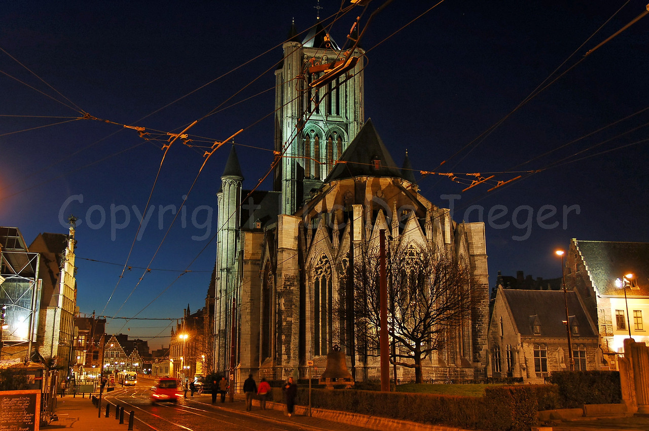 Evening shot of the back of the St Niklaaskerk (Church of St Nicolas). Captured from the crossing Mageleinstraat - Emile Braunplein.