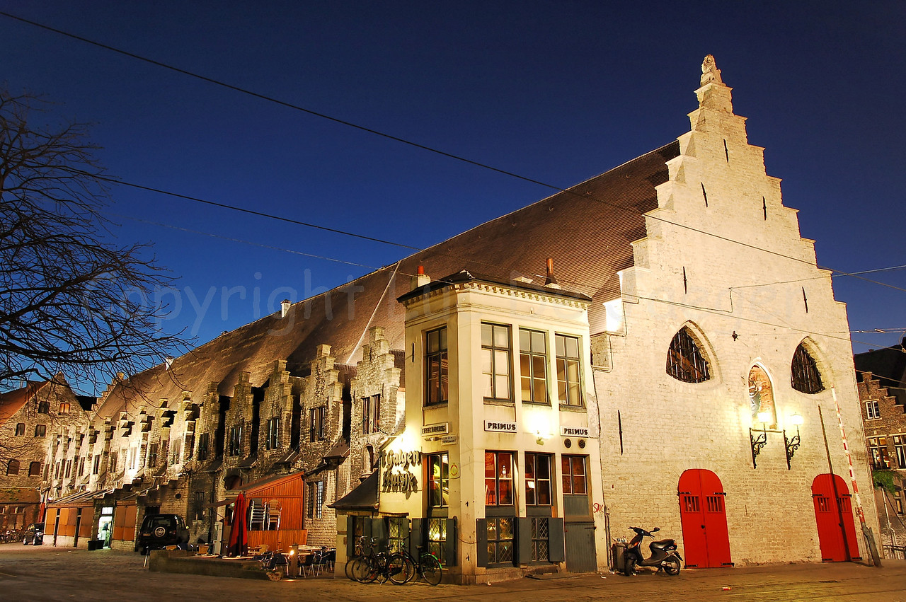"The ""Galgenhuisje"" (a pub) on the Groentenmarkt (Grocery Market) in Ghent (Gent), Belgium. To the right is the renovated ""Groot Vleeshuis"" (Meat House or Meat Market). Take a look at the building how it was in April 2007."