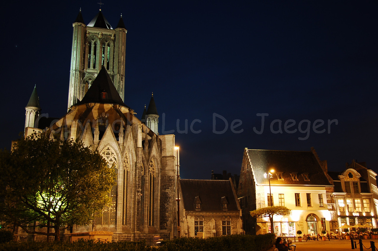 Evening shot of the back of the St Niklaaskerk (Church of St Nicolas). Captured from the Emile Braunplein.