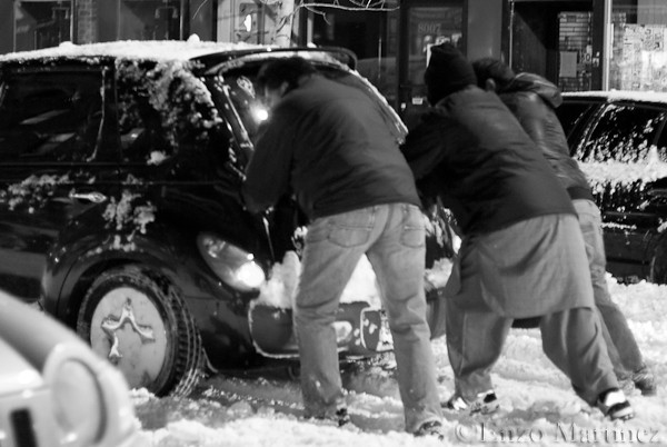 Men-pushing-car-in-snow