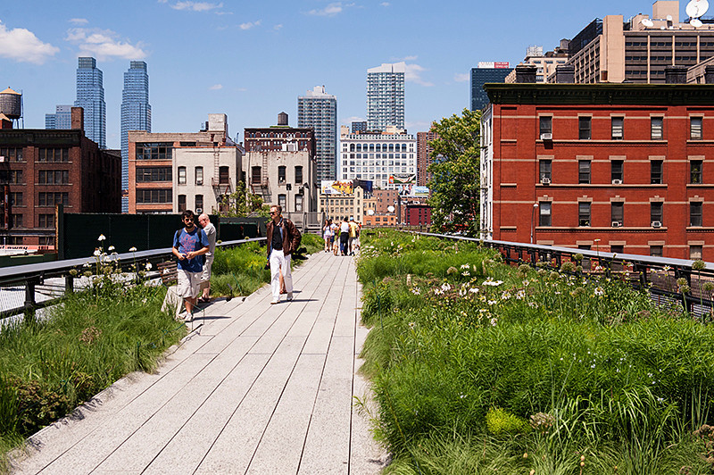 The High Line looking north from 27th Street
