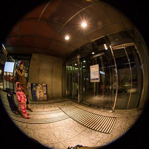 Warten auf den Lift im Bahnhof SBB, Bern