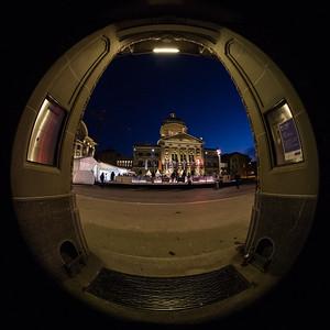 Bundeshaus gesehen vom Eingang der Valiant-Bank aus