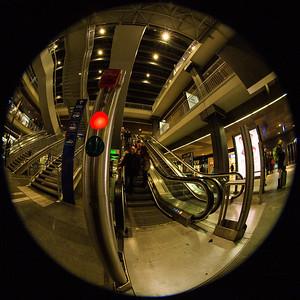 Rotes Licht bei der Rolltreppe im Bahnhof SBB, Bern