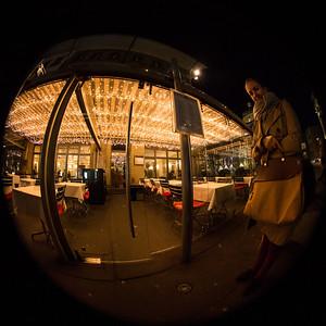 Gast des Restaurant Gfeller am Bärenplatz in Bern wartet, bis der Fotograf endlich abdrückt