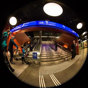 Skifahrer verlassen den Bahnhof SBB, Bern, beim Aufgang zum Loeb