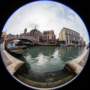Venezia Sestiere Cannaregio. Diese Brücke ist mit Rollstuhl und Swisstrac machbar, weil eine Rampe mit kleinen Stufen eingerichtet wurde (s. links im Bild beim Treppenanfang)