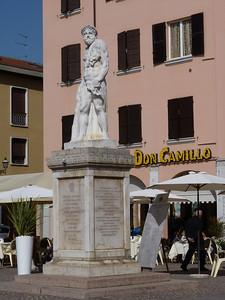 Piazza Matteotti: ercole  di pieta. Di lato si legge SPQB