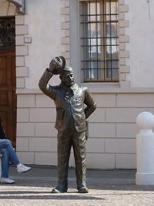 Dietroil bronzeo Peppone c'è il Municipio