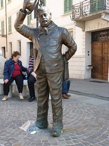 Piazza Matteotti: davanti al municipio, un Peppone di bronzo saluta un don Camillo bronzeo che è posto sul limite del sagrato