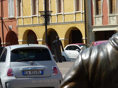 La statua di don Camillo vista da sopra la spalla di quella di Peppone