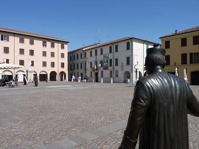 Piazza Matteotti finalmente vuota. La statua di Peppone da dietro quella di don Camillo