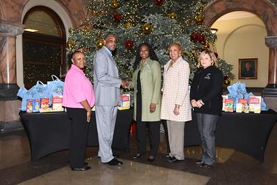 Alpha Kappa Alpha Sorority donates food to R-Center children. 12/17/2015