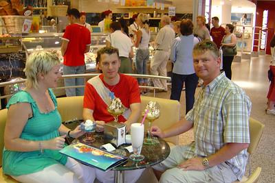 Een heelijk ijsje eten in het winkelcentrum de Arkaden.