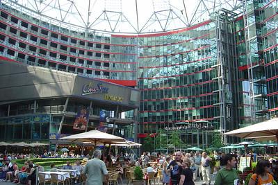 Het binnenplein van het Sony Center.