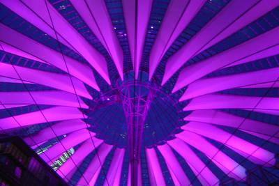 De koepel van het Sony Center is bij valavond prachtig verlicht in afwisselend verschillende kleuren.