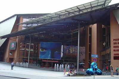Het Musical Theater heeft het grootste muziekpodium van Berlijn, in de kelder bevindt zich de exclusieve nachtclub Adagio en rechts het populaire casino Spielbank Berlin.