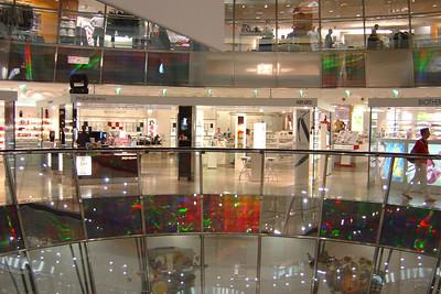 Eén van de twee glazen kegel in de Galeries Lafayette in Quartier 207. Luxe winkels in de Friedrichstadt-passagen.