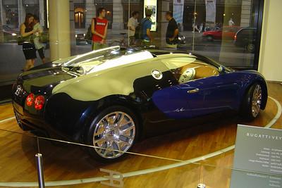 Bugatti Veyron EB16.4. In de Friedrichstrasse de hoofdstraat van Berlijn heb je ook een autogarage van VW, Audi, Porche en Bugatti.