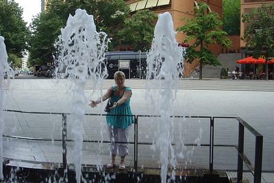 Wendy voor de fonteinen van het Musical Theater op Marlene-Dietrich-Platz 1.