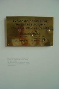 """Het koperen plakaat van de """"Belgische Boodschap"""" in Berlijn heeft nog de kogelgaten van tijdens de oorlog."""