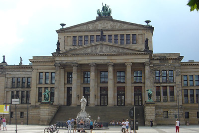 Het Konzerthaus aan de Gandarmenmarkt met het monument van de dichter Schiller.
