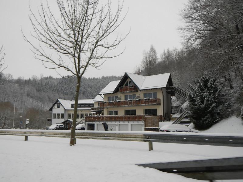 Haus am See over dag.<br /> Wij hadden de kamer rechts boven met balkon.