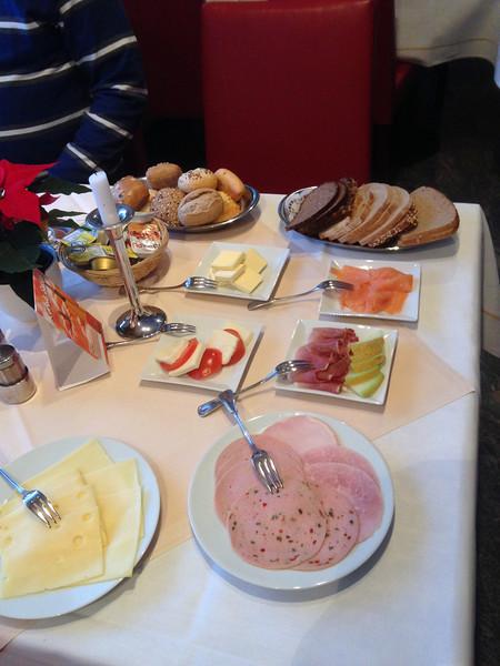 Het ontbijt.<br /> Omdat er vrijdag morgen maar 2 koppels aanwezig waren in het Hotel, <br /> kregen we het ontbijt aan tafel.