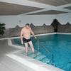 Patrick gaat in het zwembad.