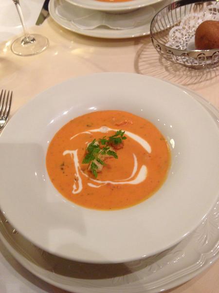 Hausgemachte Gordon Gin Tomatensuppe mit gebratenen Pilzen, Sahnehäubchen und frischem Kerbel.