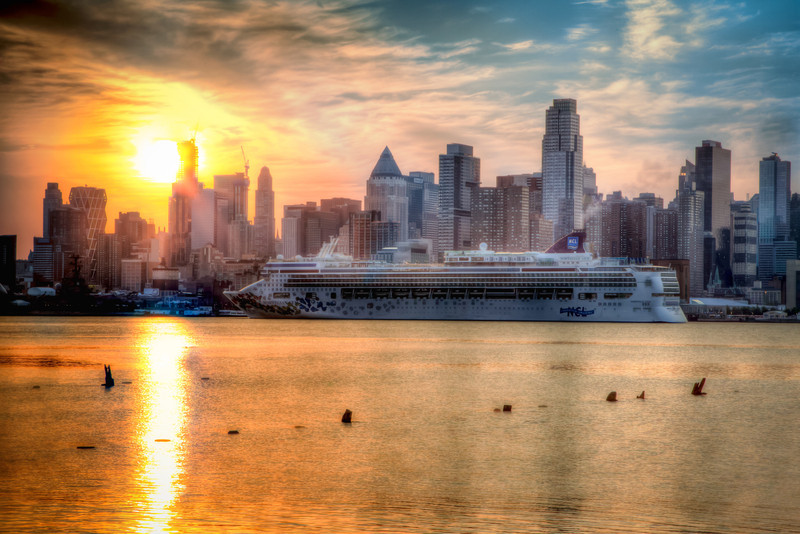 NCL's Norwegian Gem comes into New York as the sun rises