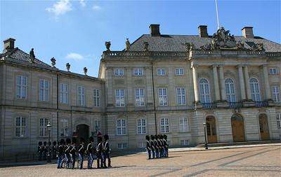 Wisseling van de wacht bij Amalienborg. Kopenhagen, Denemarken.