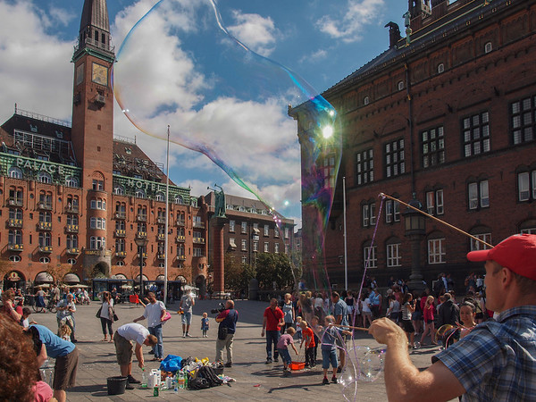 Bubble blower on The Town Hall Square. Photo: Martin Bager